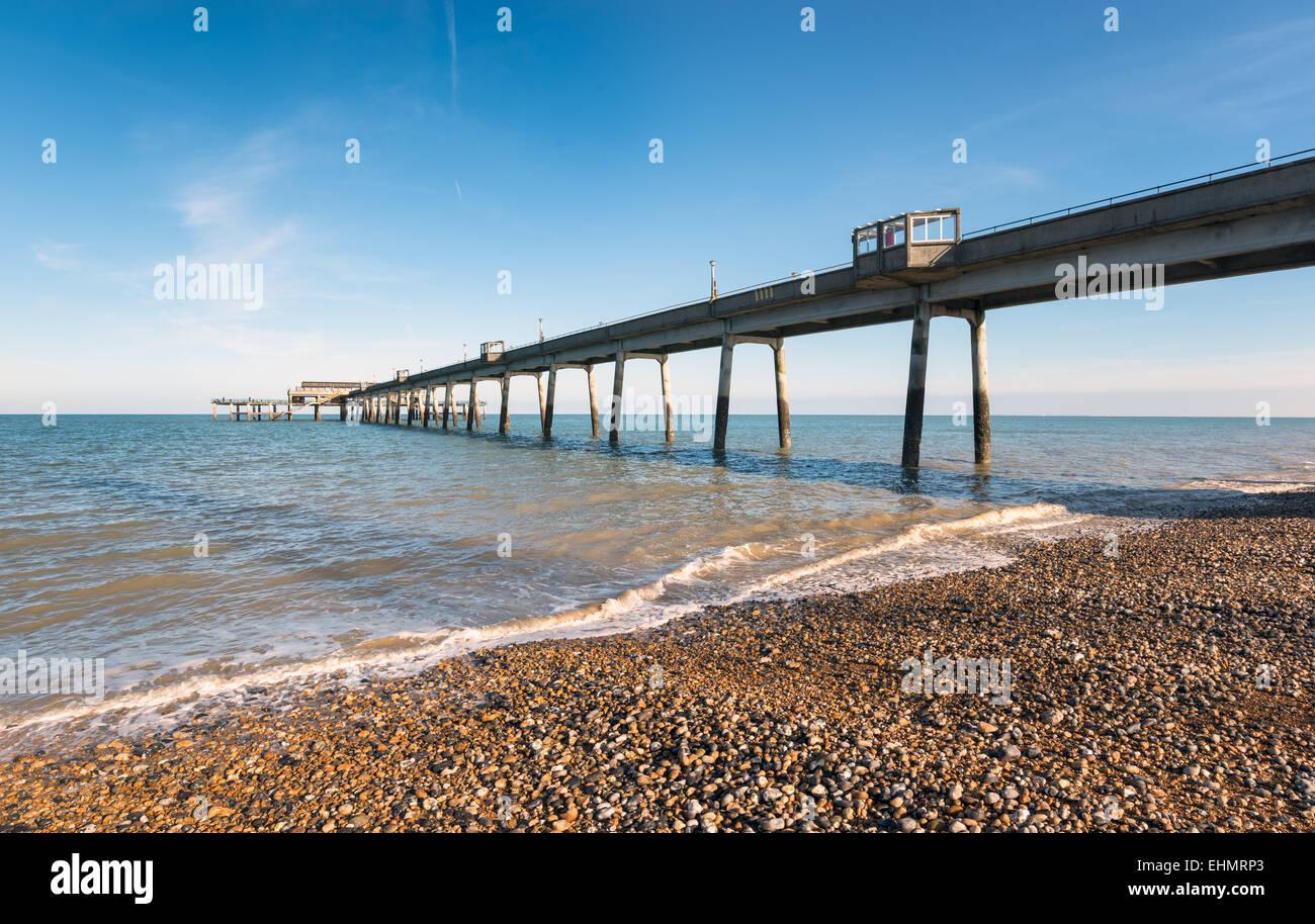 Il molo a trattare su alla costa del Kent Immagini Stock