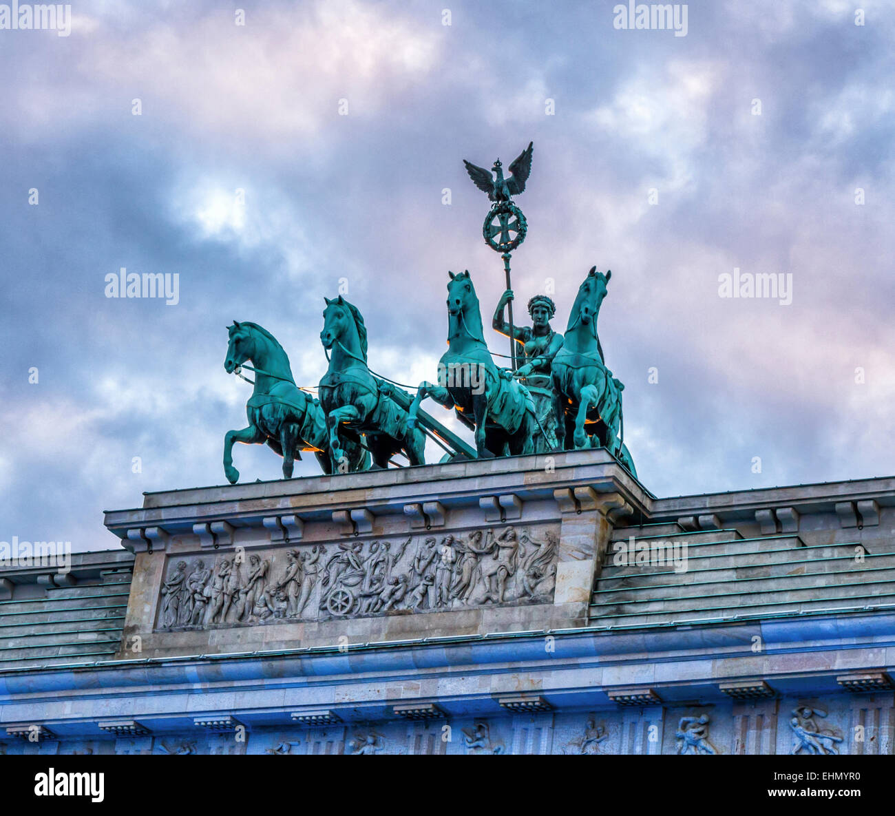 Berlin Brandenburg Gate, Brandenburger Tor. Scultura di pace sul carro e la Dea cime del XVIII secolo in stile neoclassico Immagini Stock