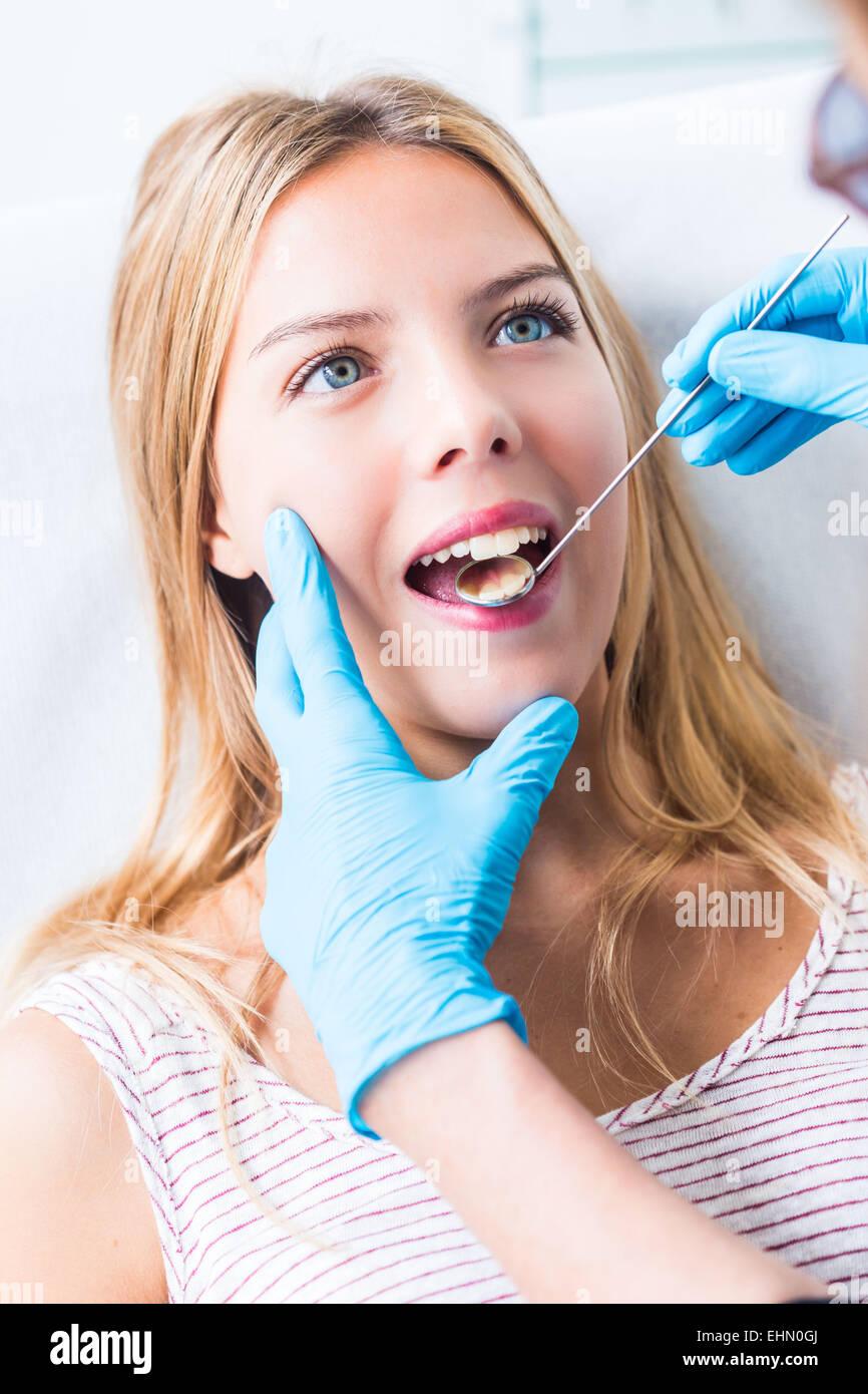 Donna getting dental esame presso il dentista. Immagini Stock