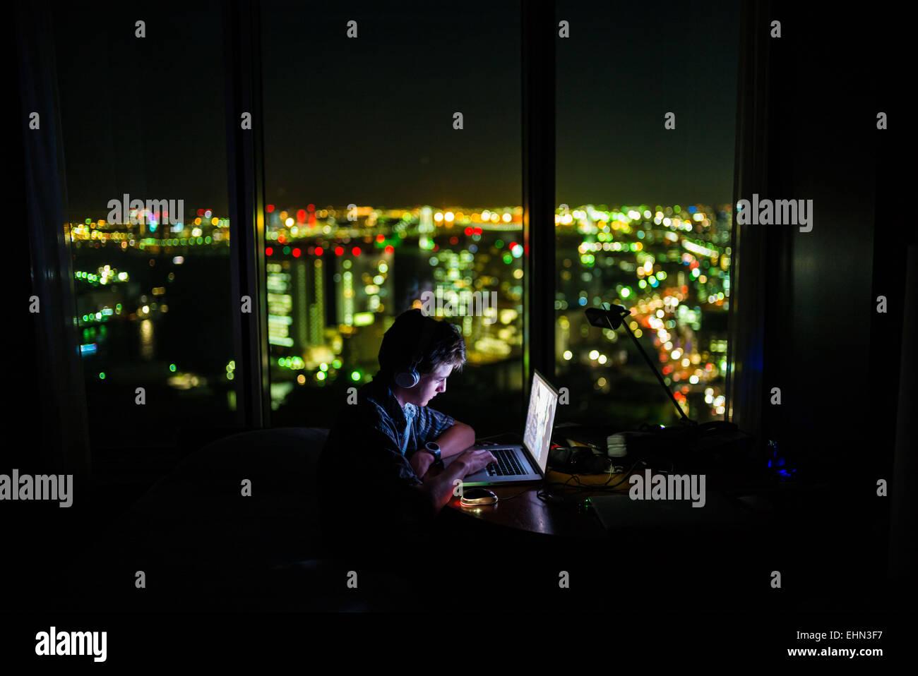 Ragazzo adolescente usando un computer portatile. Immagini Stock