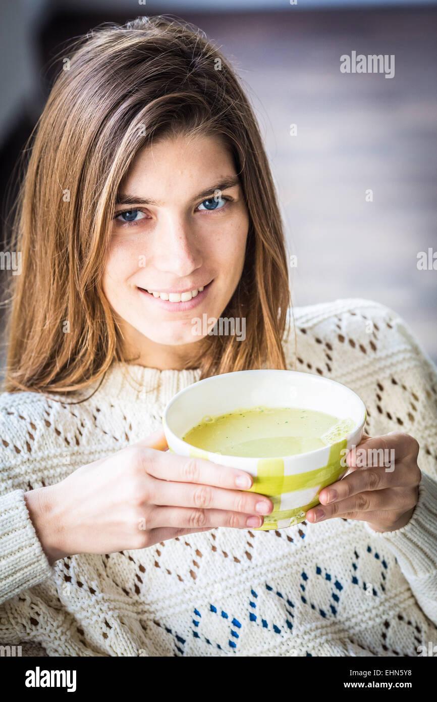 Donna di mangiare una zuppa. Immagini Stock
