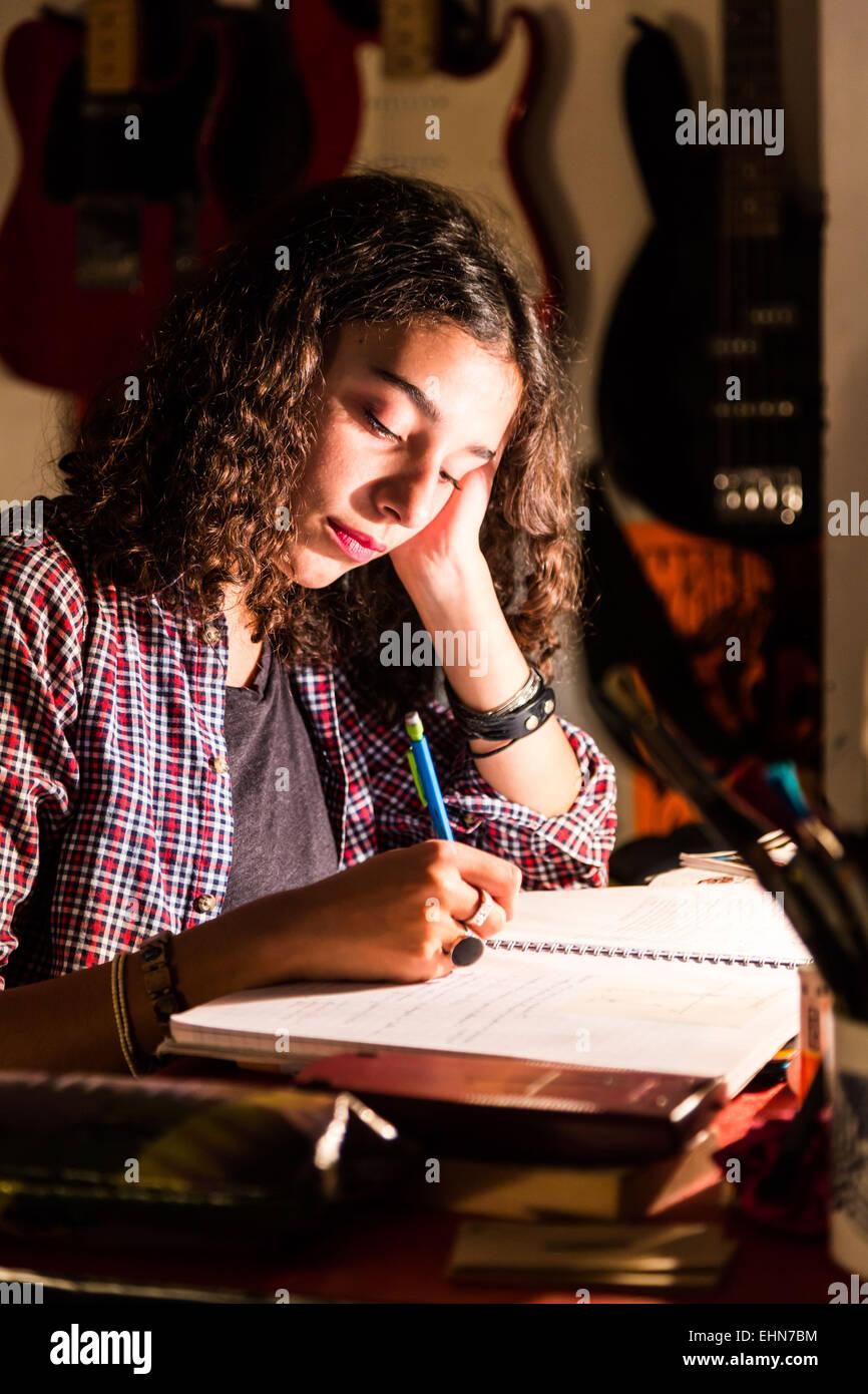 Ragazza adolescente di fare i compiti. Immagini Stock