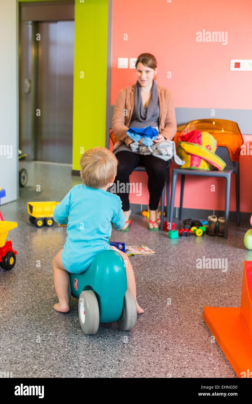 Sala di attesa della materna e il benessere dei bambini, Charente, Francia. Immagini Stock