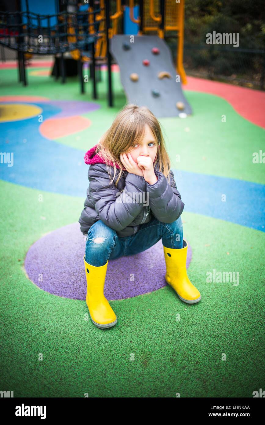 5 anno-vecchia ragazza in un parco giochi. Immagini Stock