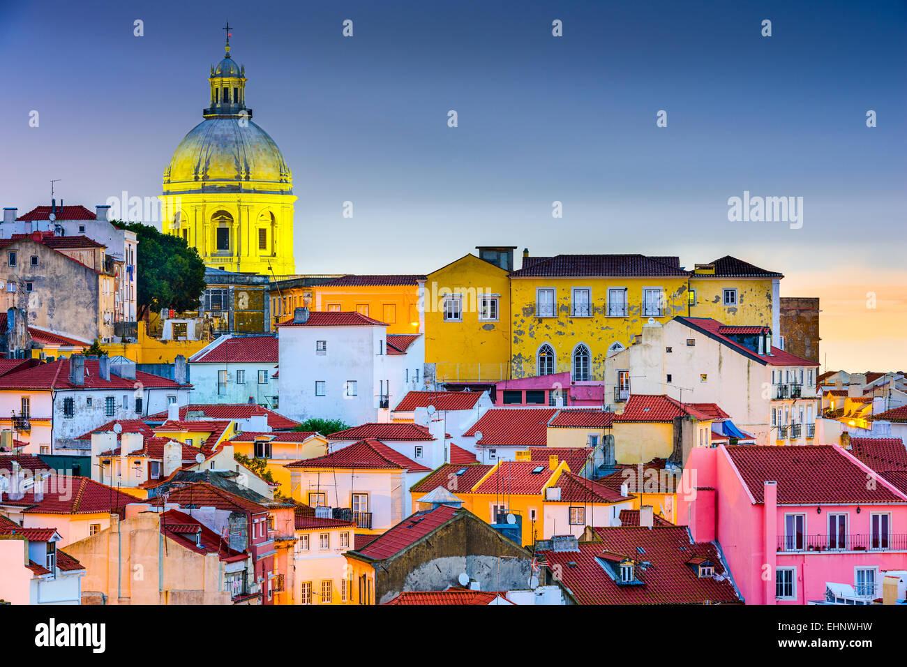 Lisbona, Portogallo skyline ad Alfama, il quartiere più antico della città con il Pantheon Nazionale Dome. Immagini Stock