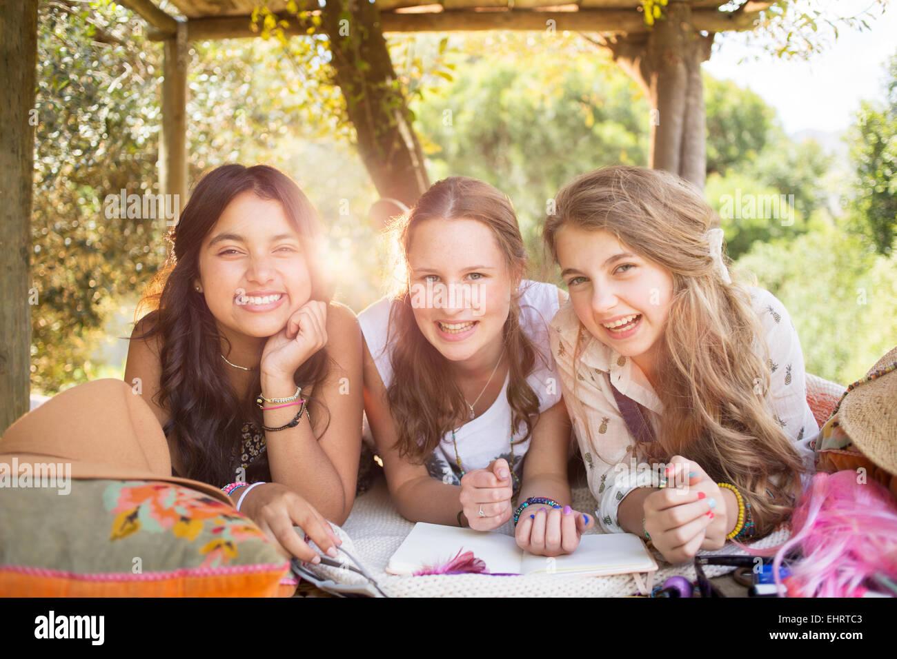 Tre ragazze adolescenti divertendosi in tree house in estate Immagini Stock