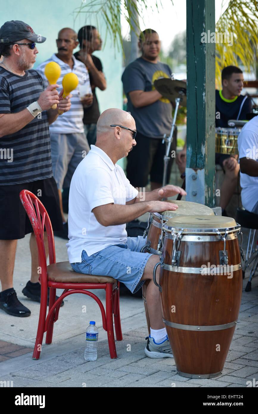 L'uomo gioca conga a La Guancha Boardwalk. Ponce, Puerto Rico. Territorio statunitense. Isola dei caraibi. Immagini Stock