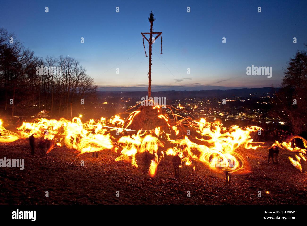 Oscillazione della torcia sul fuoco di Pasqua in Attendorn. Immagini Stock