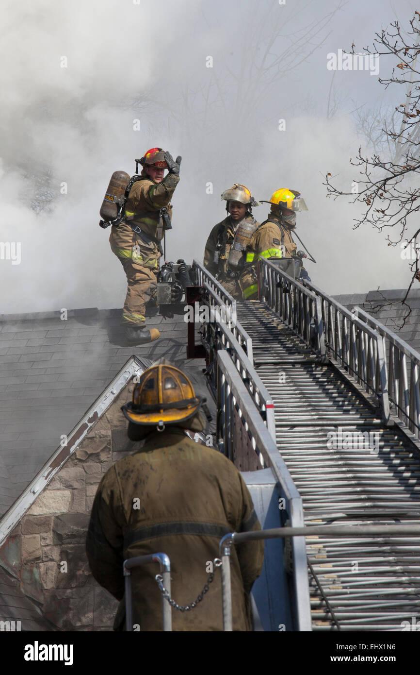 Detroit, Michigan - Vigili del Fuoco battaglia un incendio che ha distrutto una casa vuota a Detroit del quartiere Immagini Stock