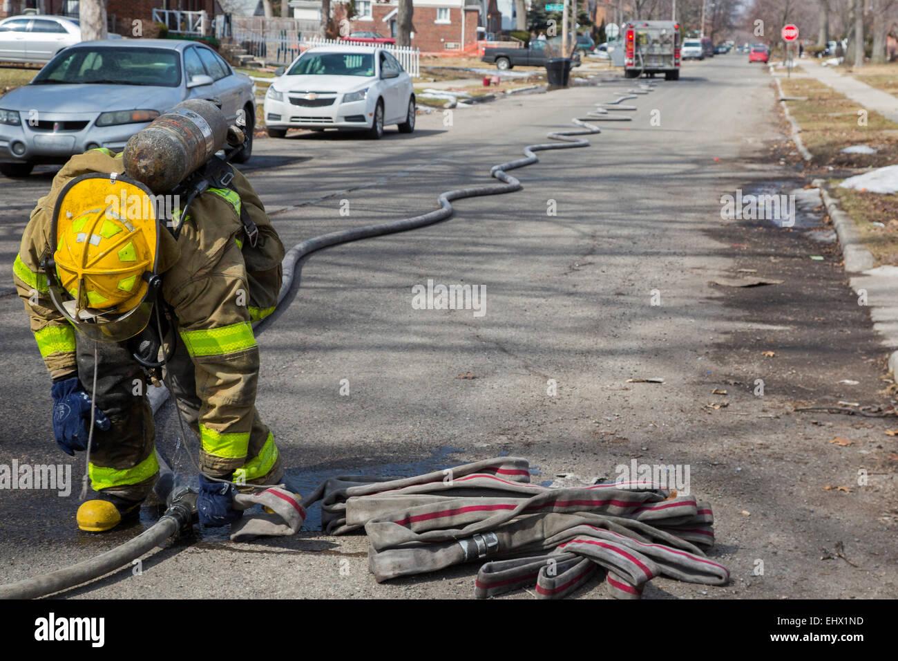 Detroit, Michigan - i vigili del fuoco si collega i tubi flessibili durante il combattimento contro un incendio Immagini Stock