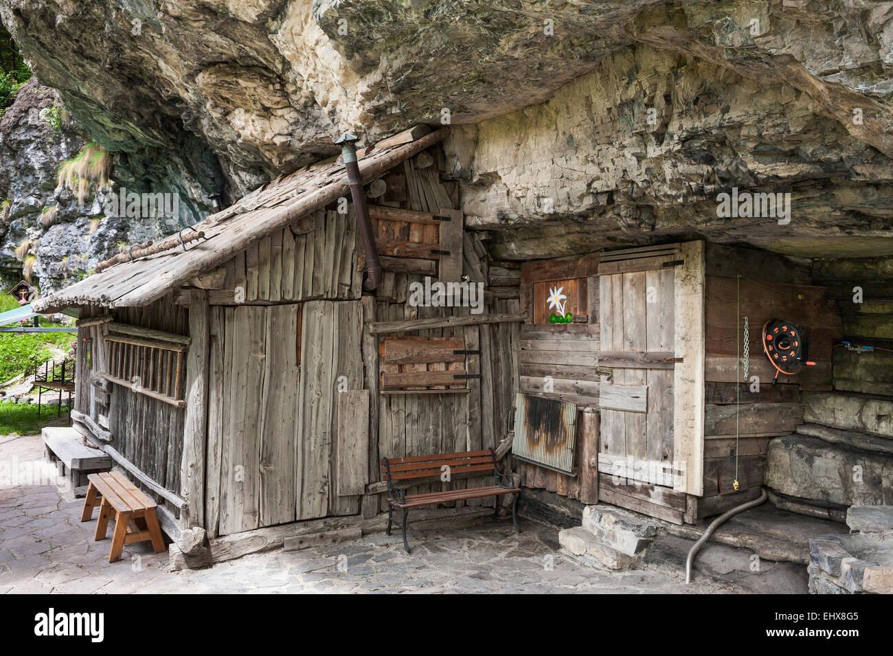 Capanna in legno con scogliere, Valle d'Angheraz, Pala Gruppo, Dolomiti, Col di Prà, Veneto, Italia Immagini Stock
