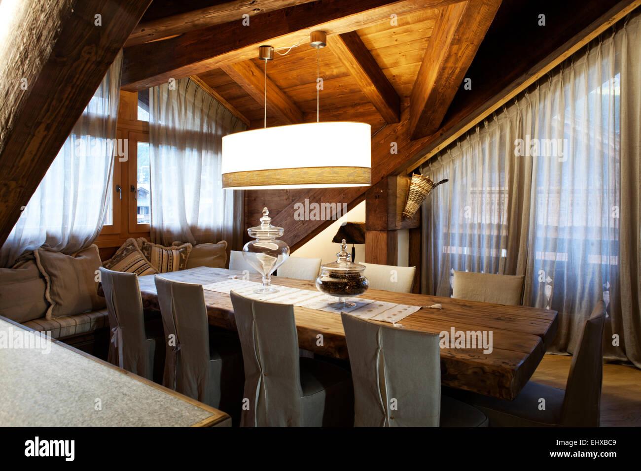 Attico alpino tavolo da pranzo per 8 posti Foto & Immagine Stock ...