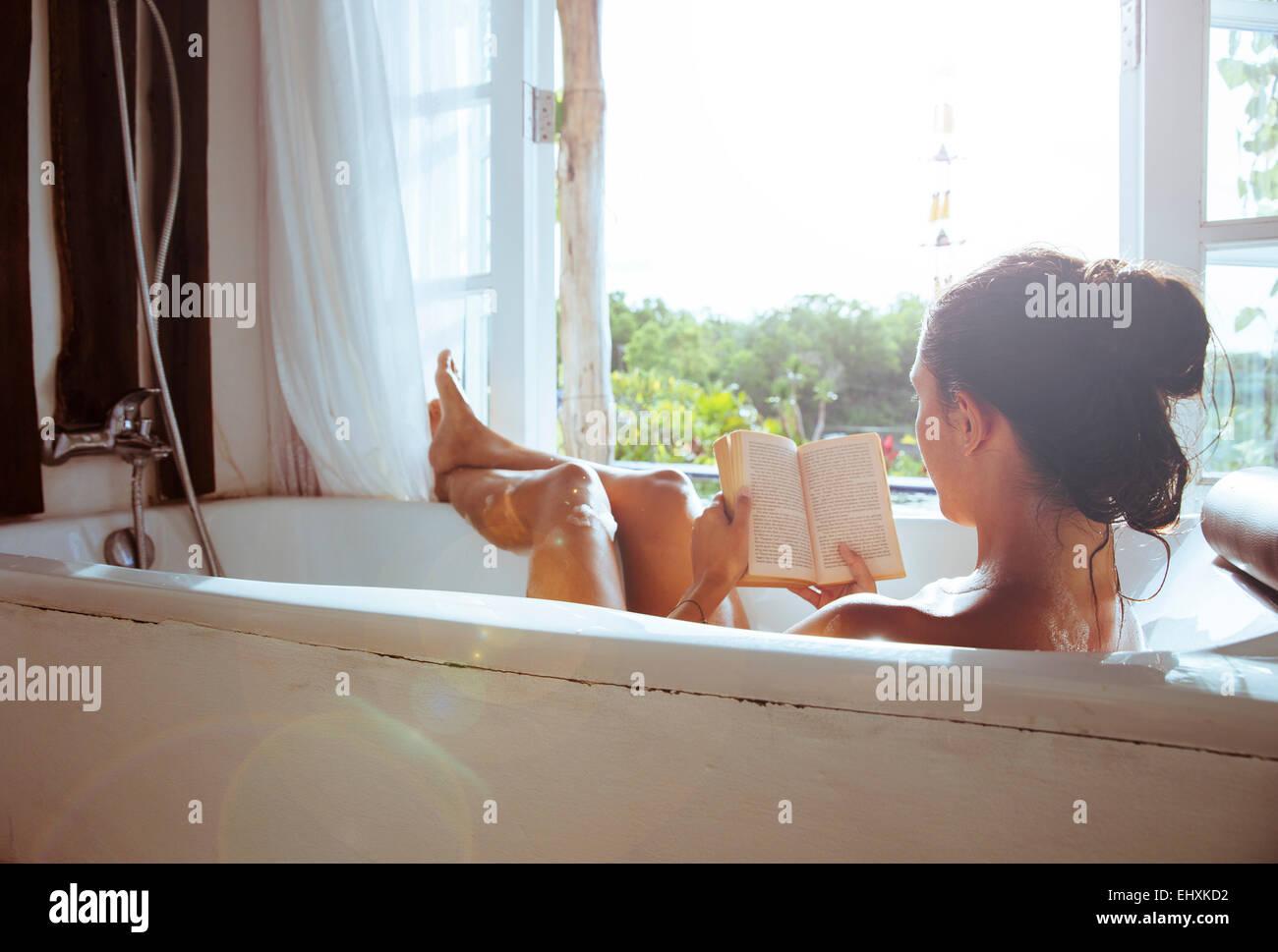 Vasca Da Bagno Relax : Donna relax nella vasca da bagno libro di lettura foto & immagine