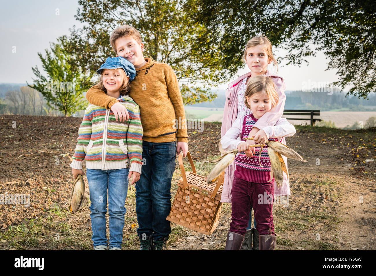 Bambini che portano un cestino picnic Immagini Stock