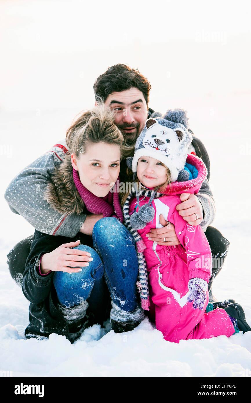Famiglia con la figlia in neve Immagini Stock