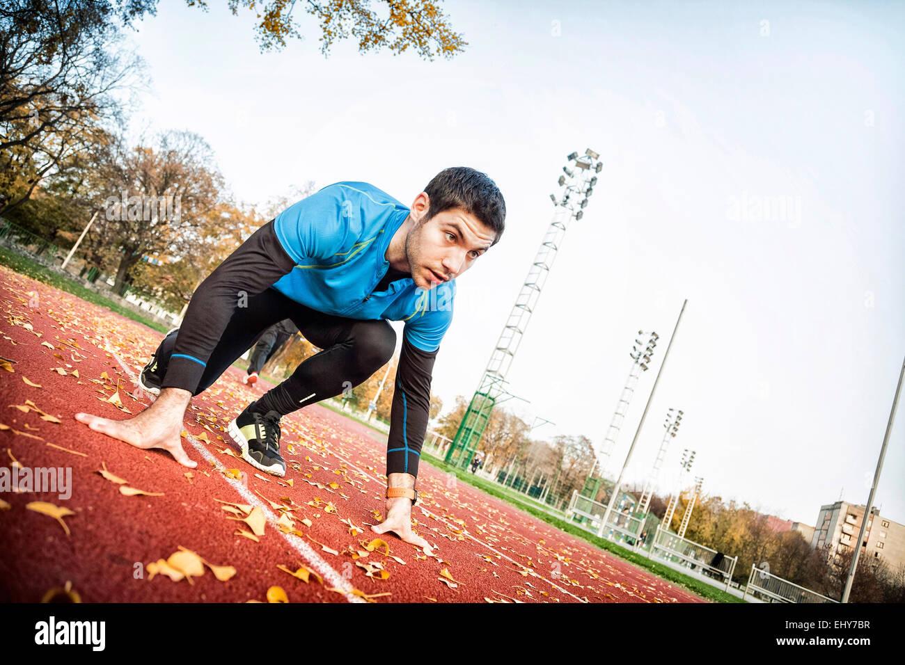 Runner maschio facendo formazione sprint Immagini Stock
