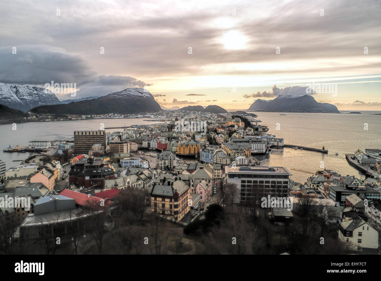 Vista mozzafiato della città norvegese di Alesund al tramonto Immagini Stock