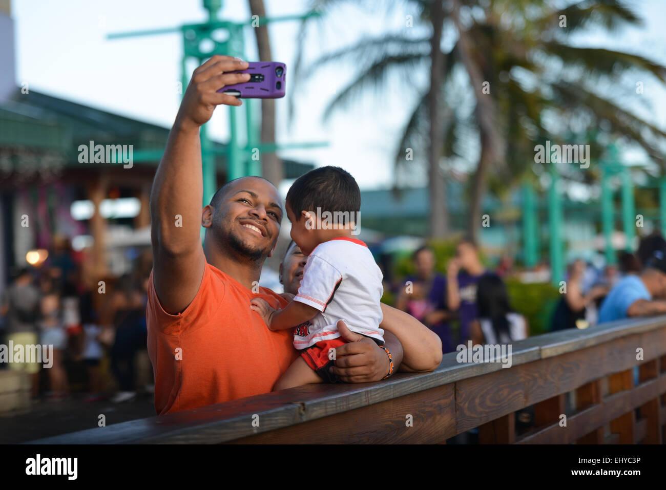 Famiglia selfie. Padre madre e figlio a La Guancha. Ponce, Puerto Rico. Territorio statunitense. Isola dei caraibi. Foto Stock