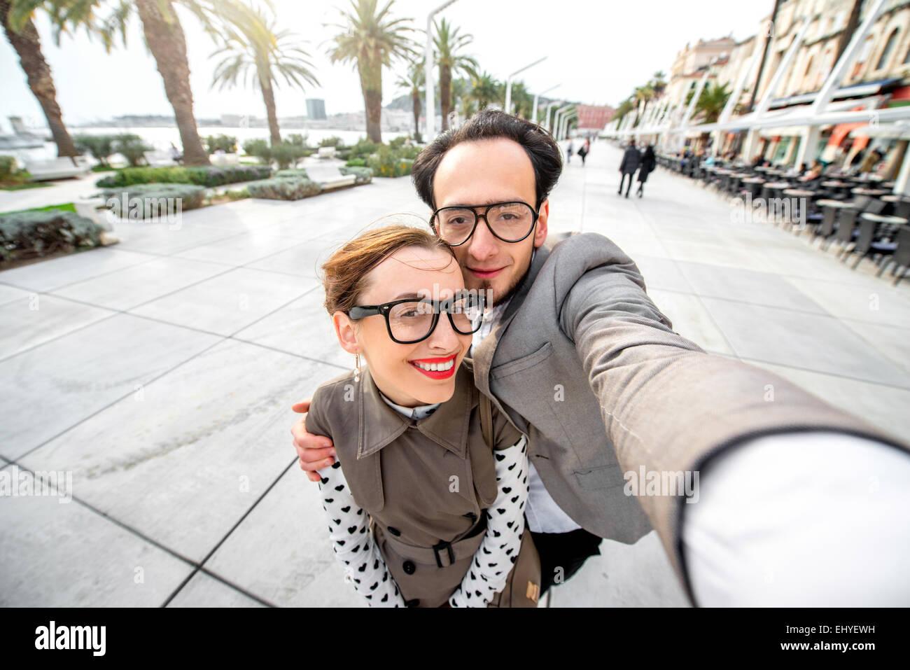 Giovane tenendo selfie foto Immagini Stock