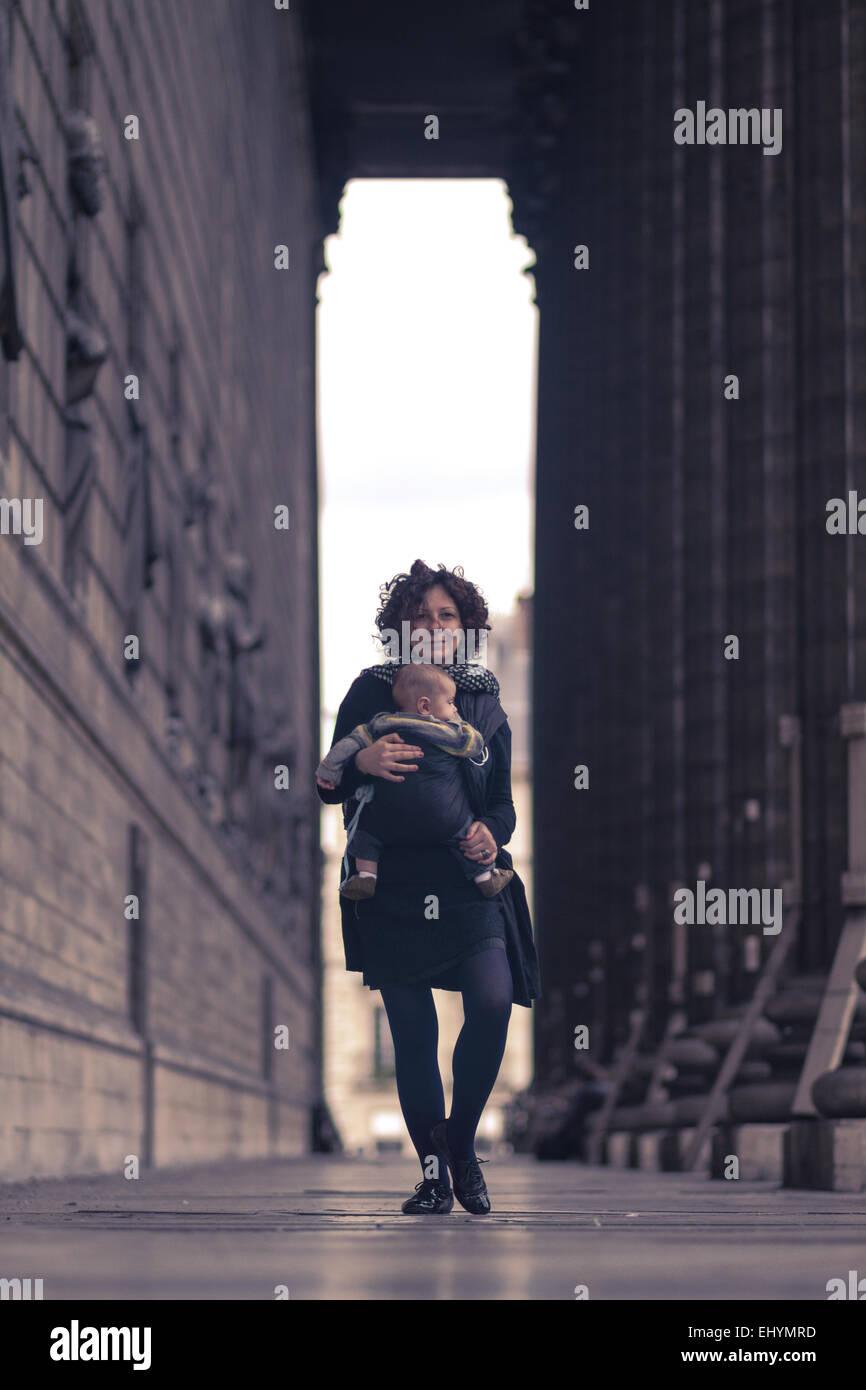 Metà donna adulta che porta il suo figlio, Parigi, Francia Immagini Stock