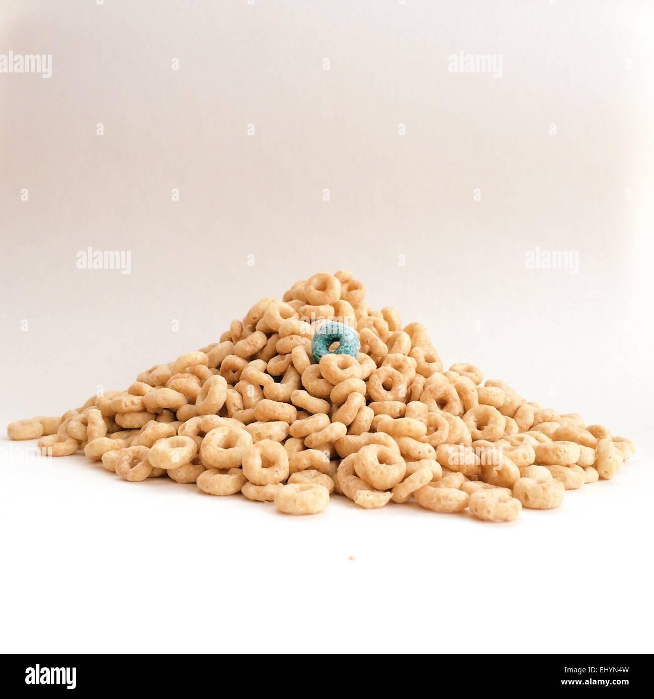 Pila di cereali per la prima colazione con un cereale blu Immagini Stock