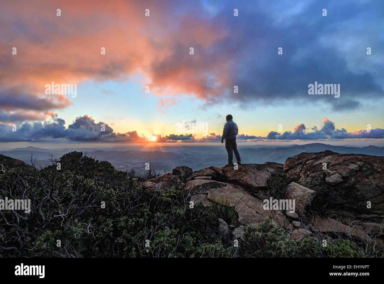 Uomo maturo in piedi su una montagna al tramonto, Cleveland National Forest, Stati Uniti d'America Foto Stock