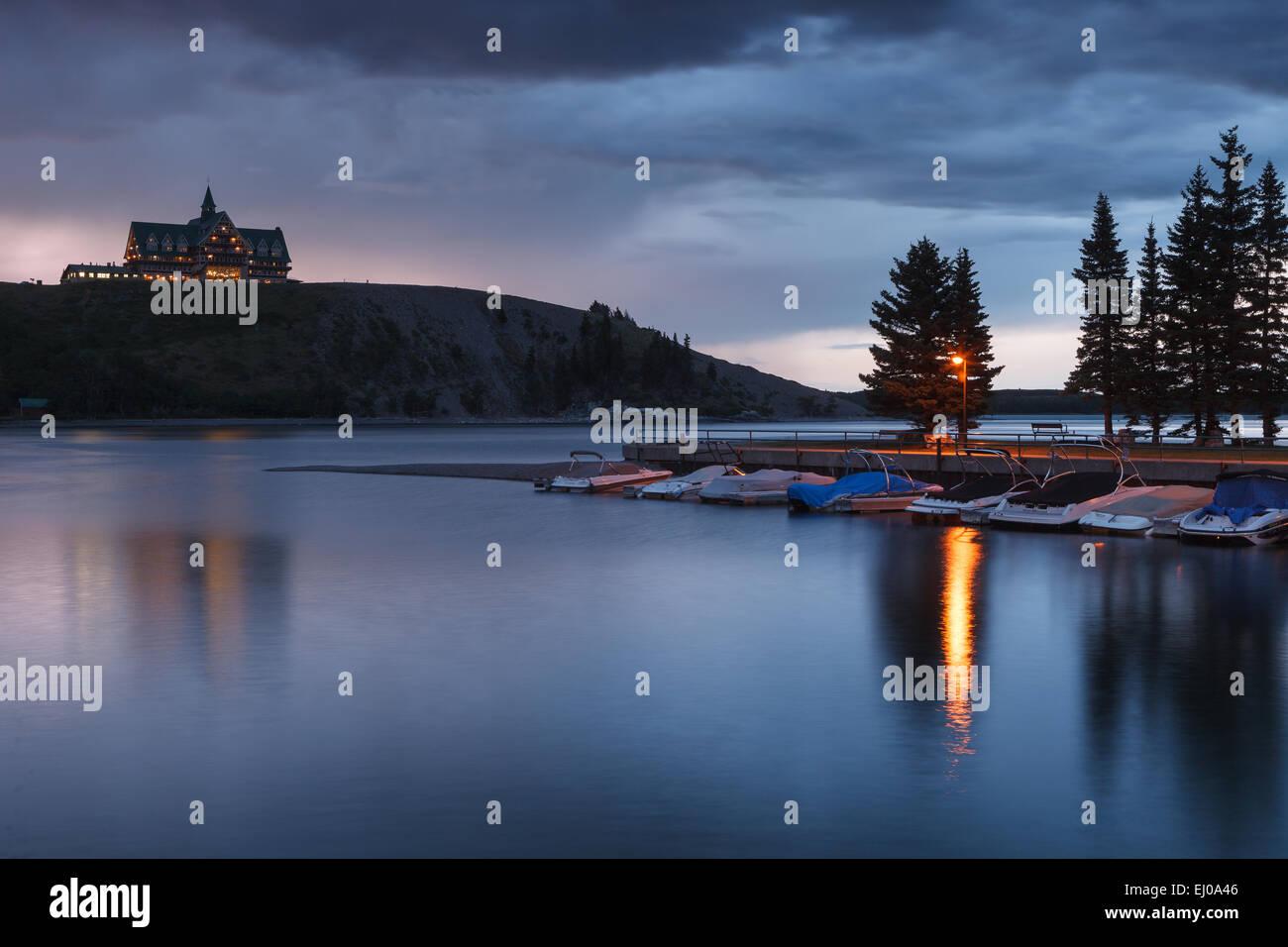 Waterton superiore del lago e il Principe di Galles Hotel, su una burrascosa serata. Parco Nazionale dei laghi di Immagini Stock