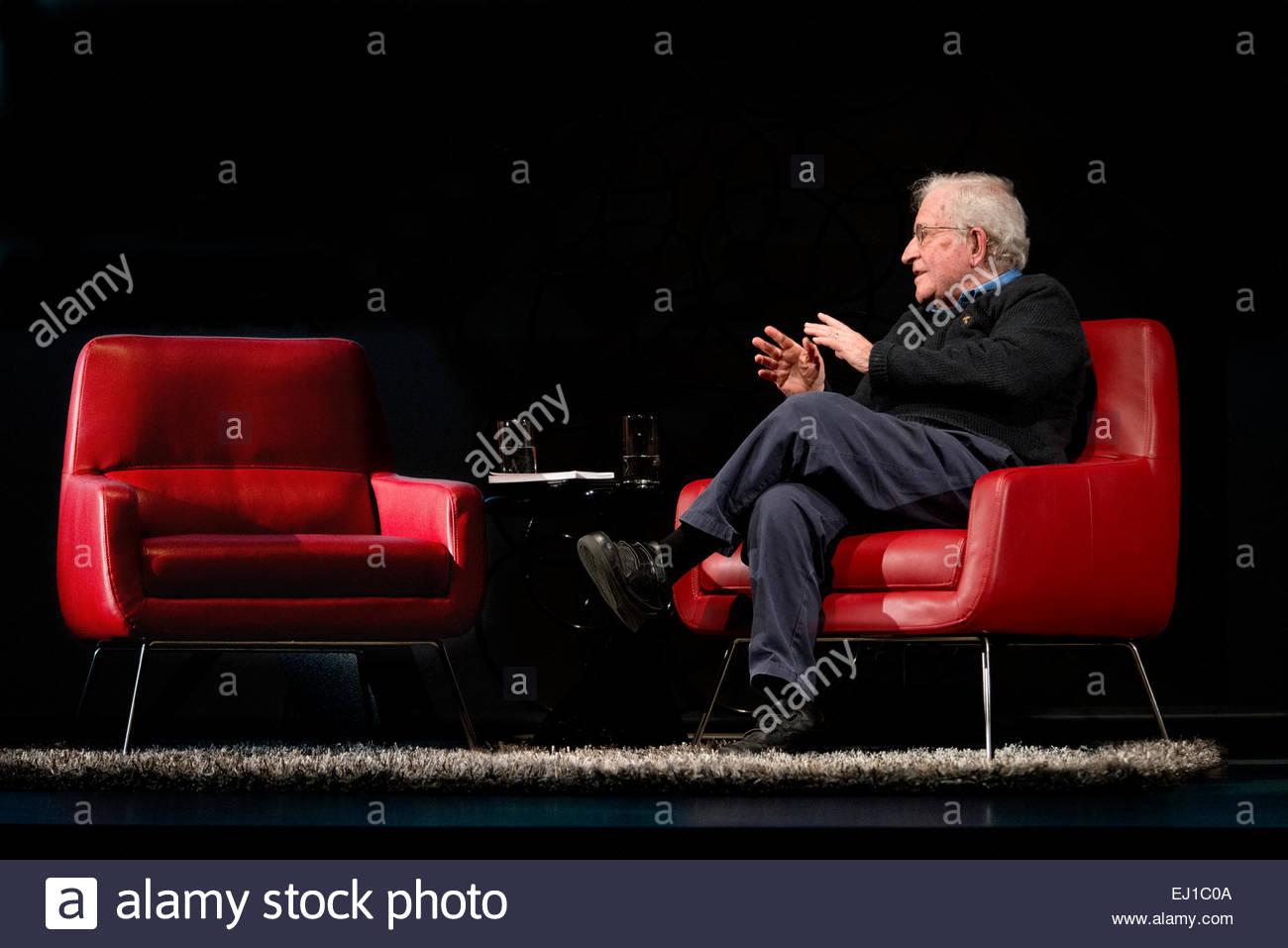 15 marzo 2015 Noam Chomsky parlando e parlando al rosso vuoto sedia in pelle sfondo nero sul palcoscenico pubblico Immagini Stock