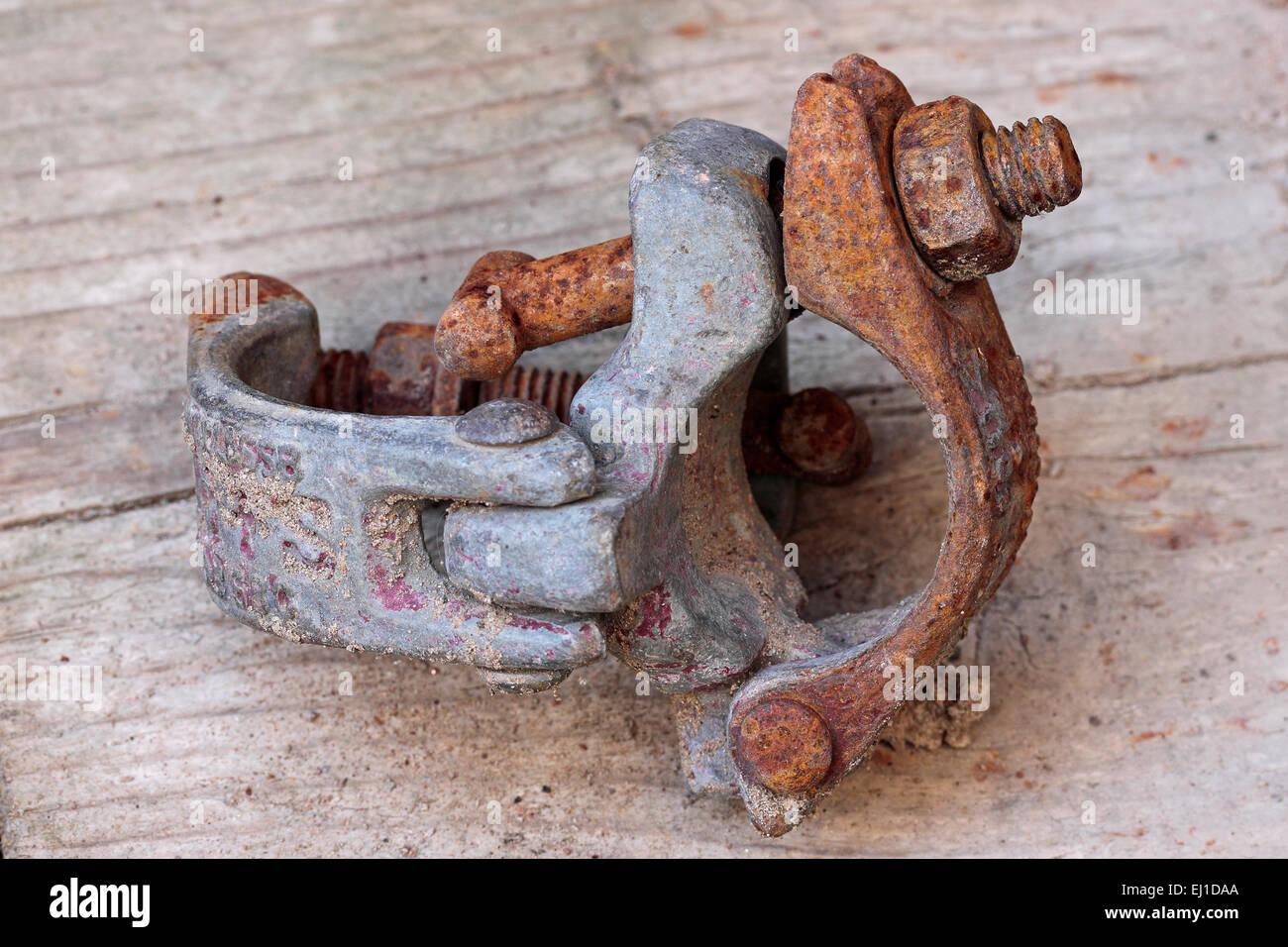 Sporco arrugginito clip impalcatura prevista su una scheda scoffold Immagini Stock