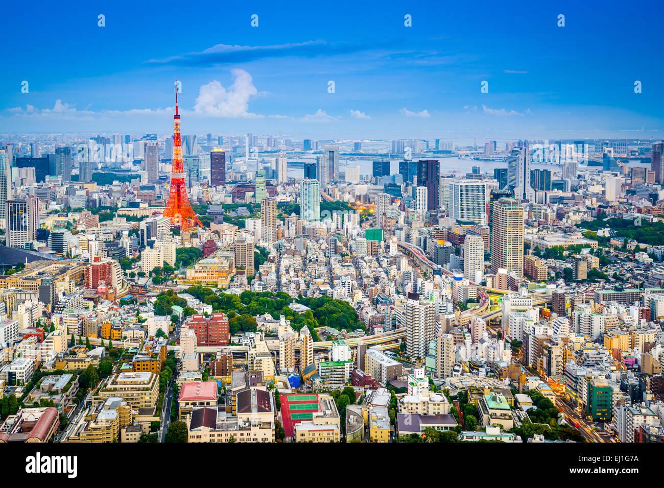 Tokyo, Giappone skyline della città da Roppongi Hills verso la Torre di Tokyo. Immagini Stock