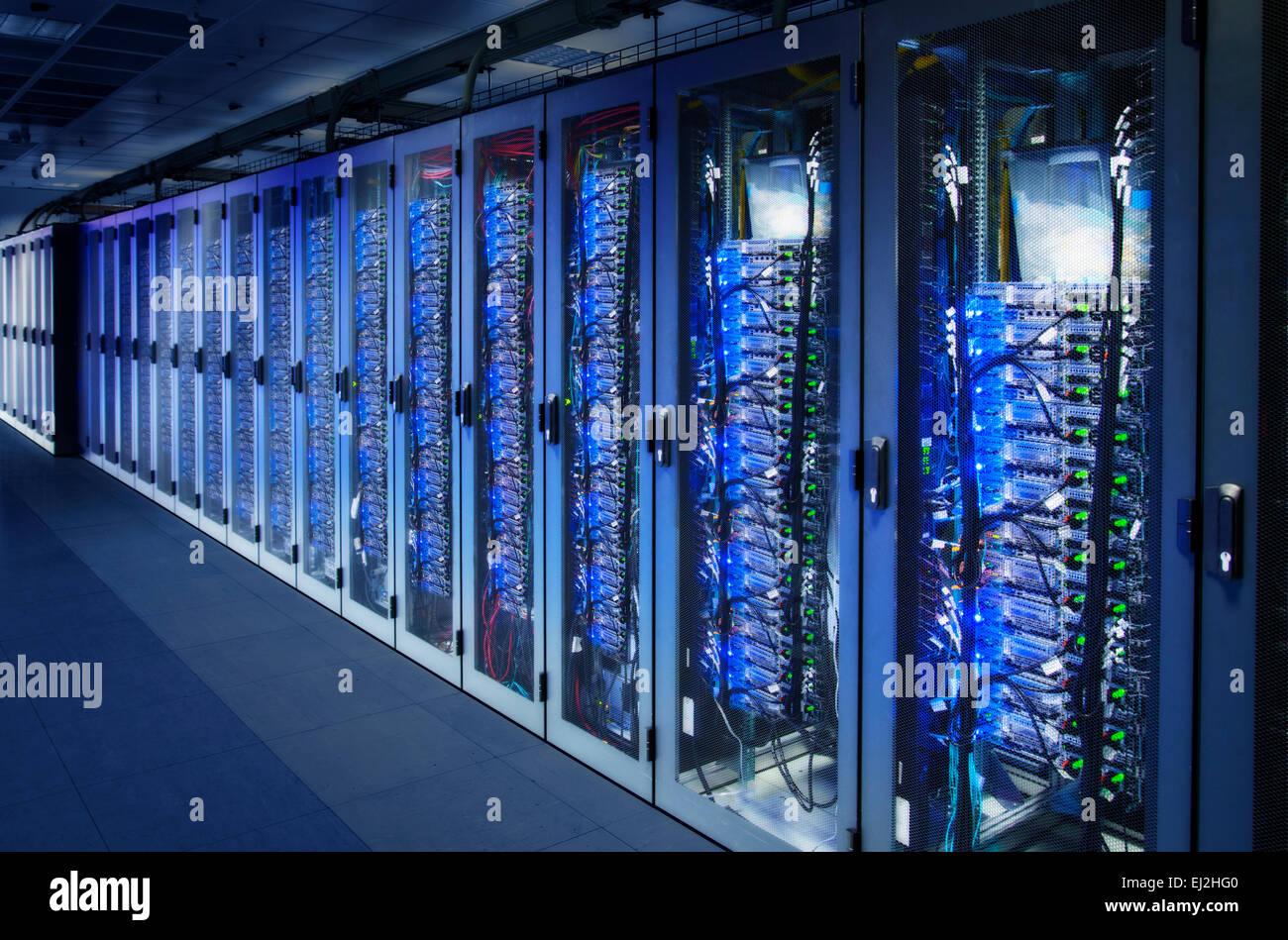 Gli armadi di rete con server rack in un centro dati. Composito Digitale (CC) Immagini Stock