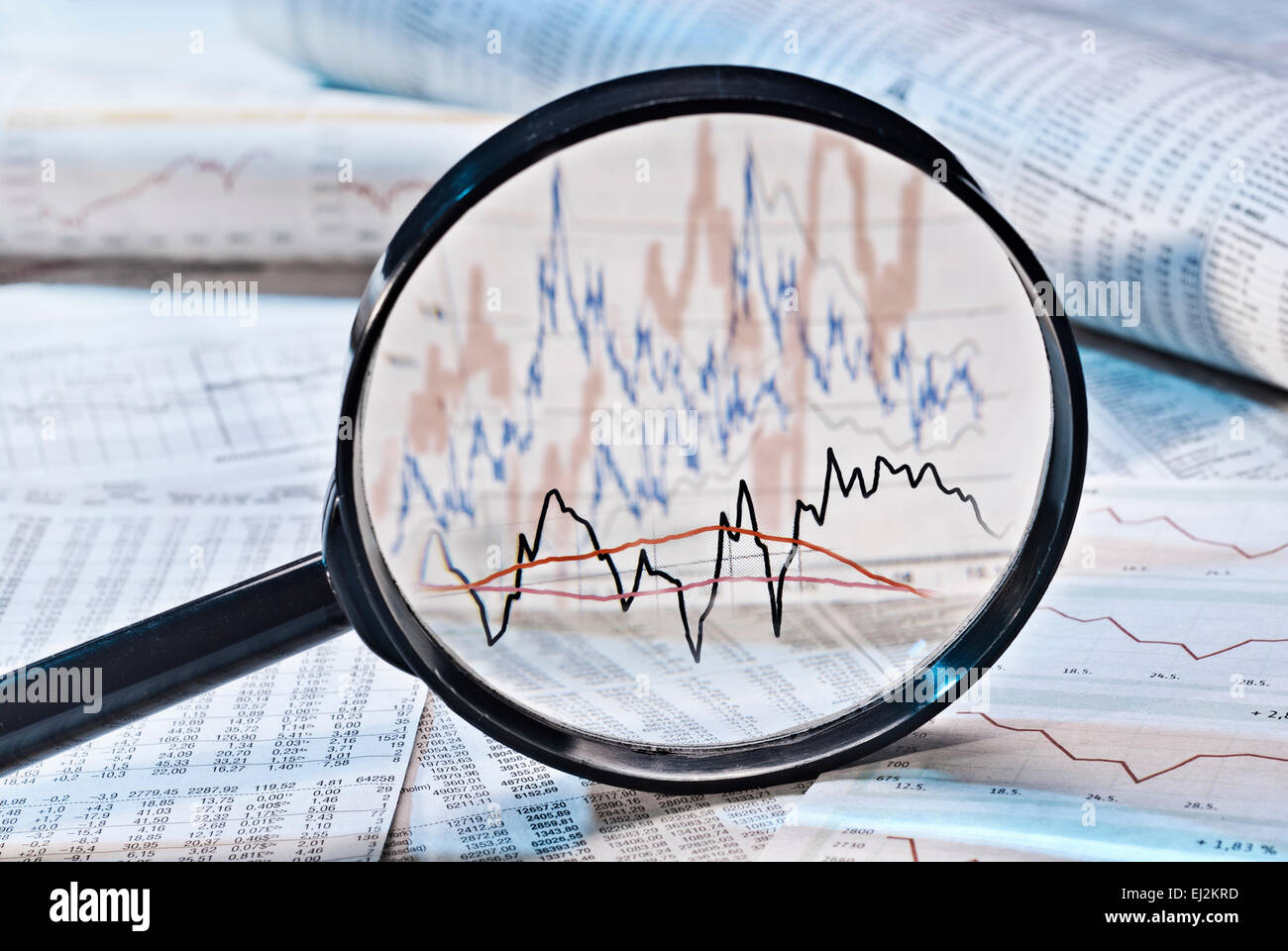 Lente di ingrandimento mostra grafici con condivisione dei prezzi. Immagini Stock