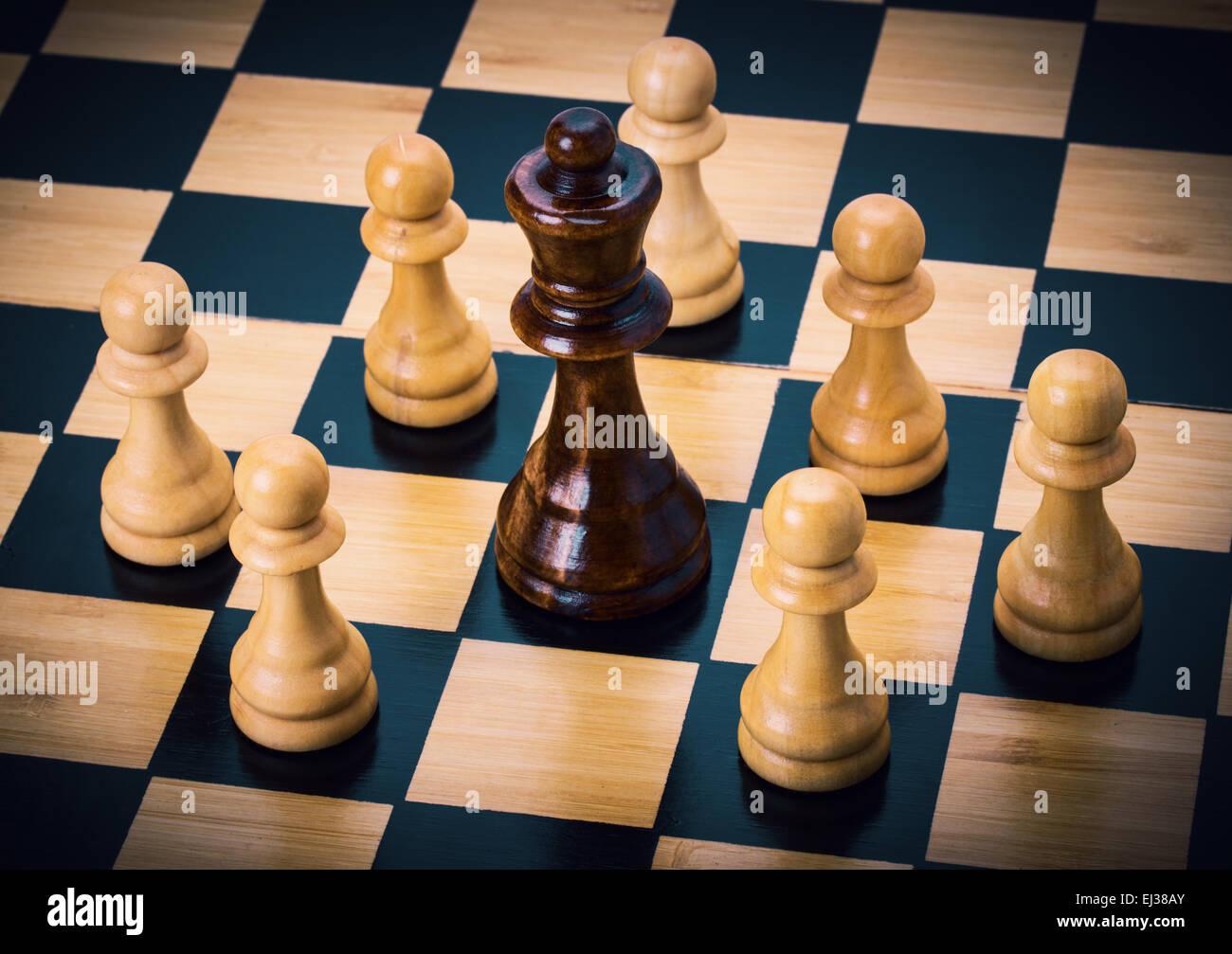 A scacchi sulla scacchiera Immagini Stock