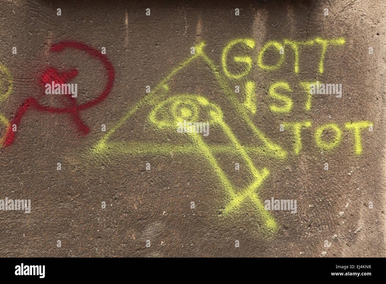 Gott ist Tot (il dio è morto). Occhio della Provvidenza. Falce e martello. Street graffiti in Gdansk, Polonia. Immagini Stock