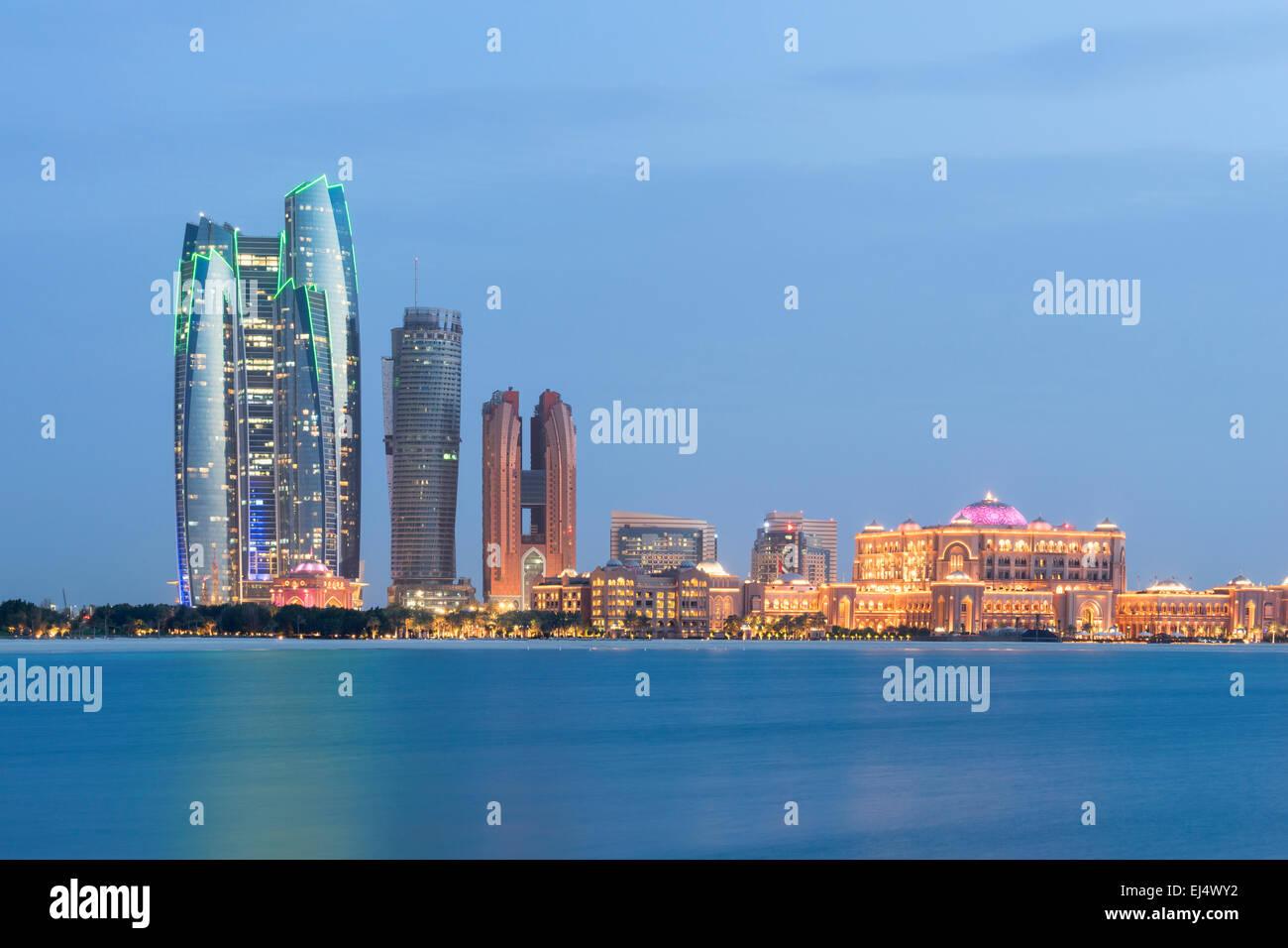 Skyline serale vista di Abu Dhabi negli Emirati Arabi Uniti Immagini Stock