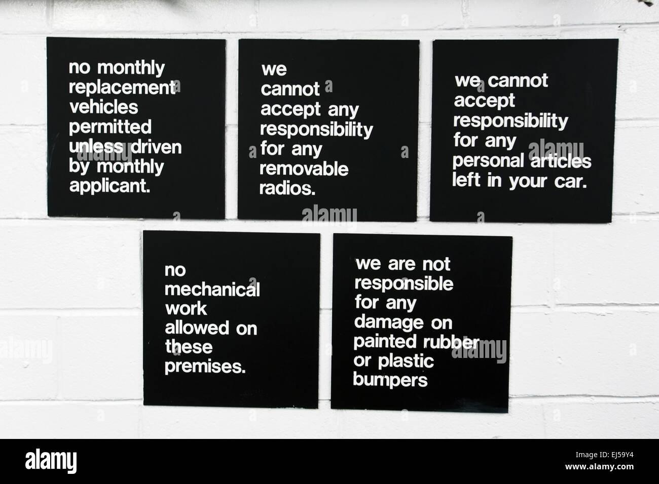"""Garage cartello con la dicitura """"nessuna responsabilita' per nulla, NO, New York, Stati Uniti d'America Immagini Stock"""