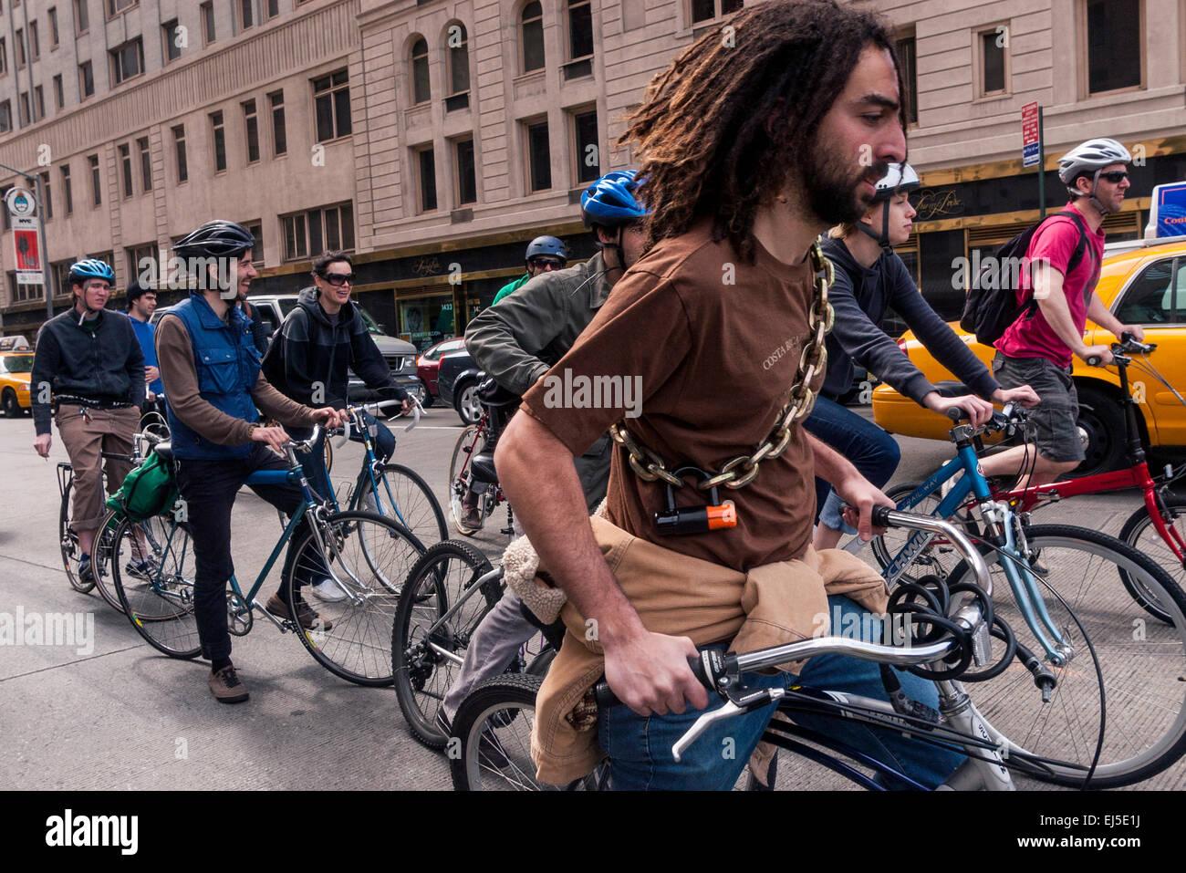 New York, NY 21 Aprile 2008 - Membri della difesa ambientale gruppo, Times-Up, la Giornata della Terra in bicicletta Immagini Stock