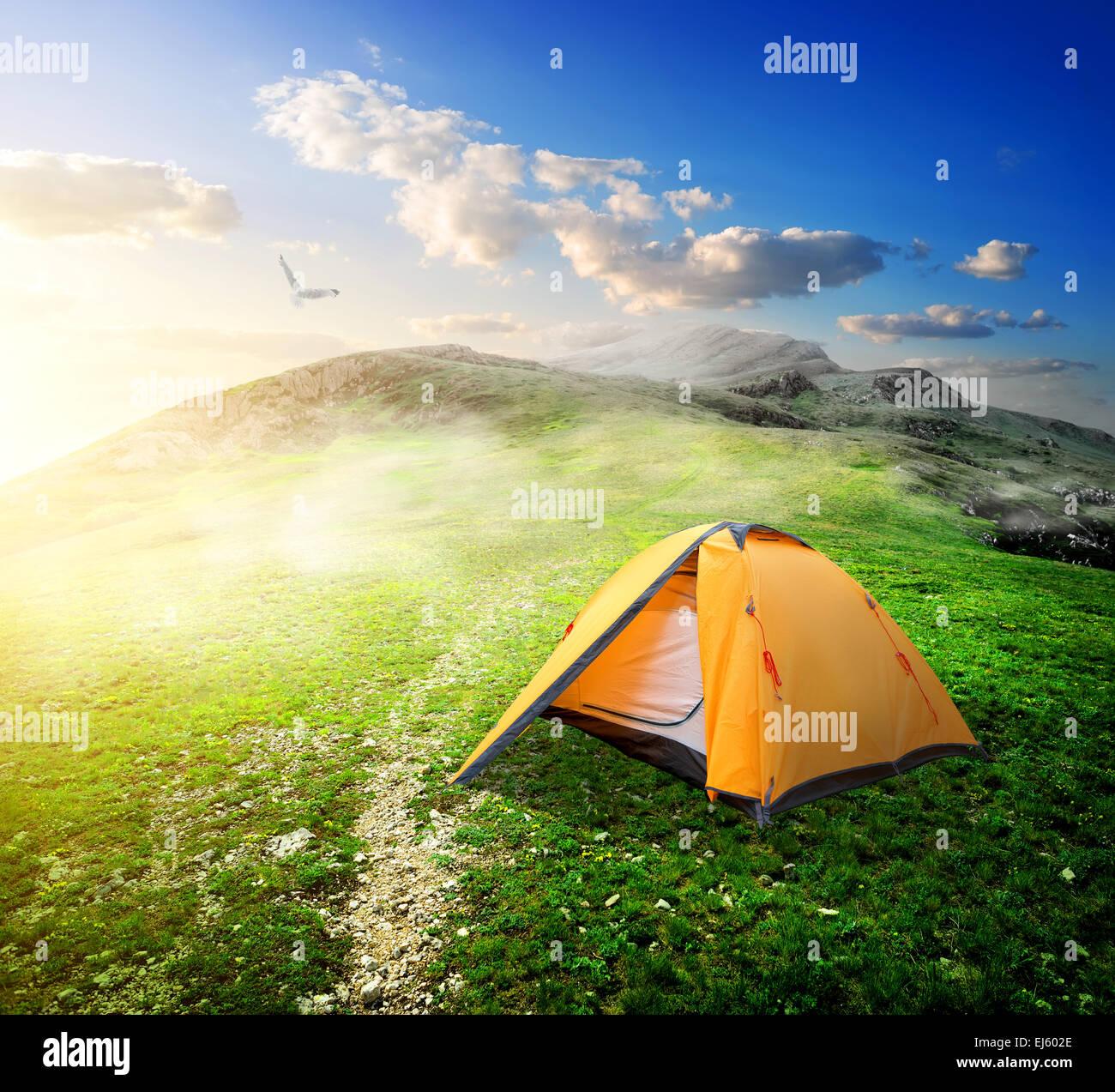 Tenda turistico nella valle di montagna in primavera Immagini Stock