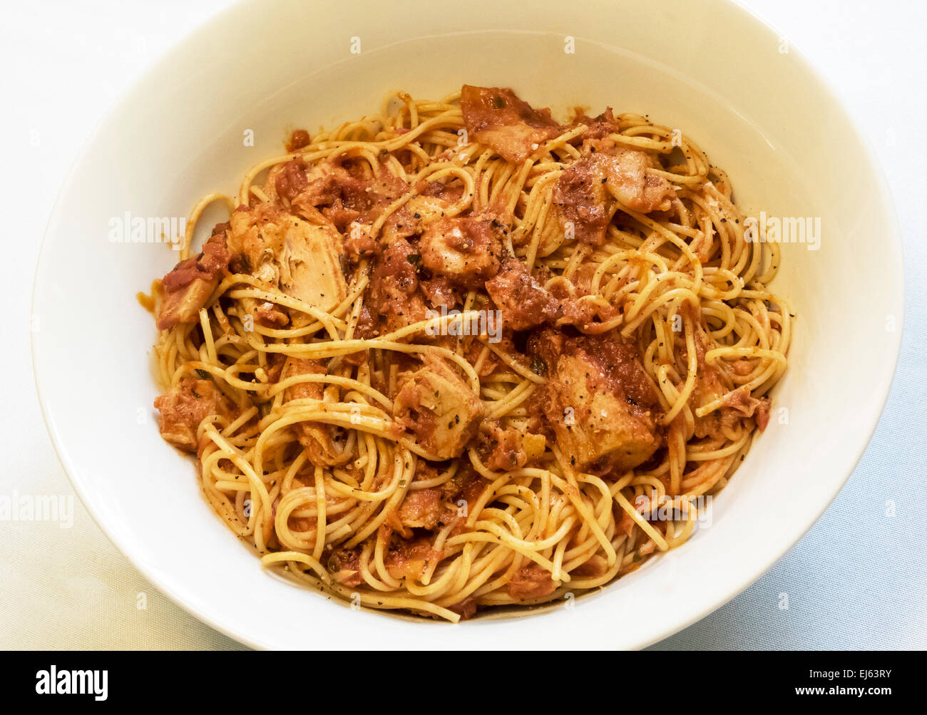 Spaghetti al tonno e pancetta e salsa di pomodoro Immagini Stock