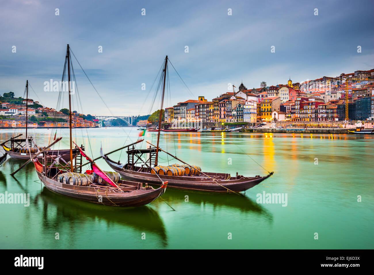 Porto, Portogallo città vecchia città sul fiume Douro con tradizionale Rabelo barche. Immagini Stock