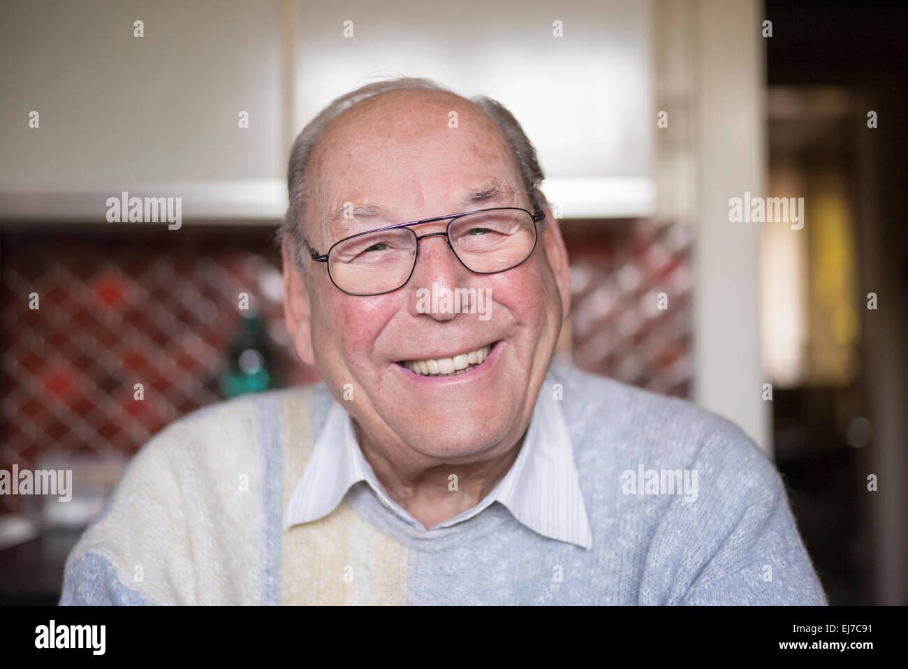 anni 80 sorridente uomo anziano ritratto, ritratto anziano maschio ridendo Foto Stock