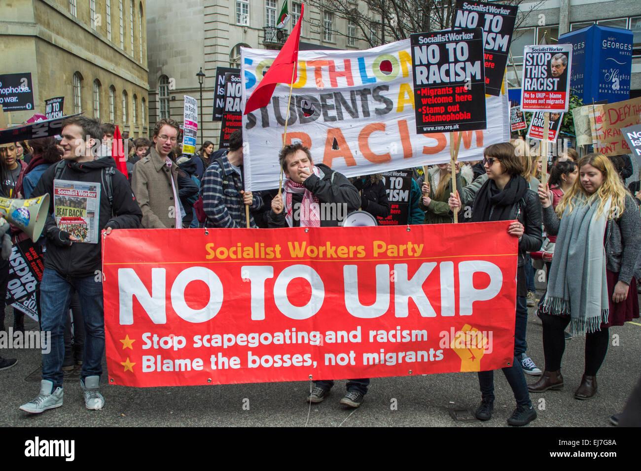 Londra REGNO UNITO, XXI Marzo 2015: dimostranti presso lo stand fino alla lotta contro il razzismo e il Fascismo Immagini Stock