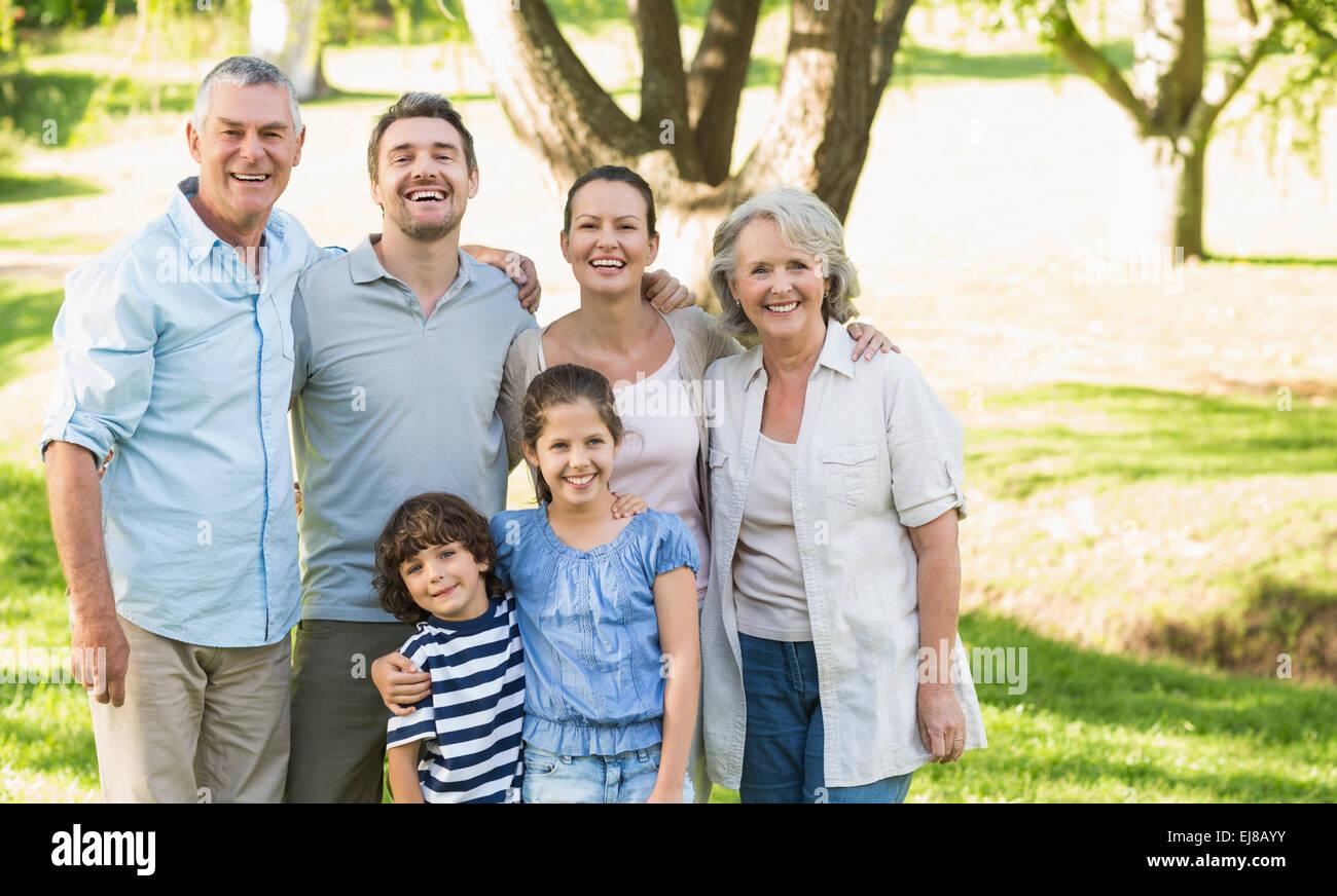Ritratto di una felice famiglia estesa in posizione di parcheggio Immagini Stock