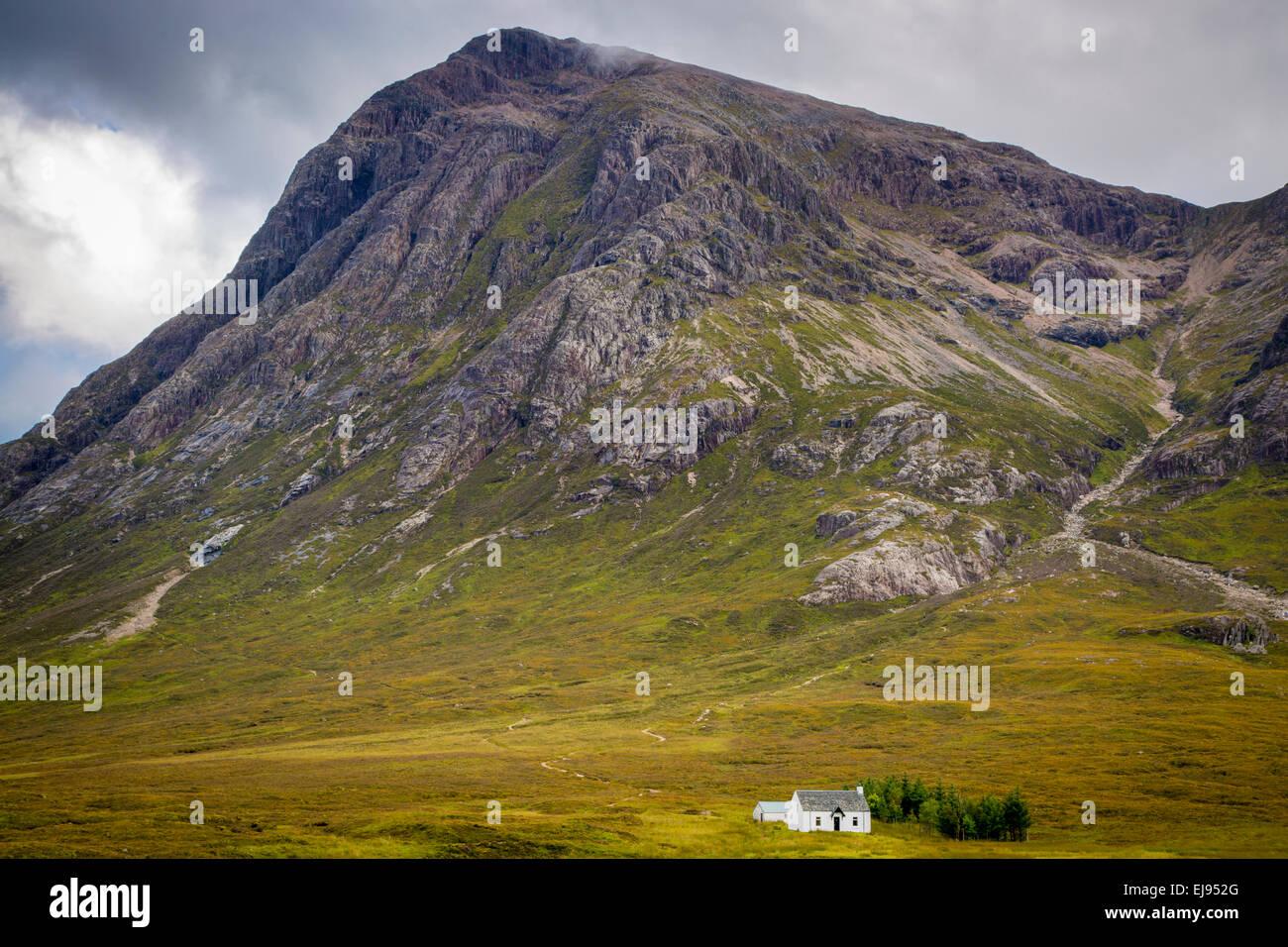 Solitaria casa di piccole dimensioni nelle Highlands scozzesi vicino a Glencoe, Scotland, Regno Unito Immagini Stock