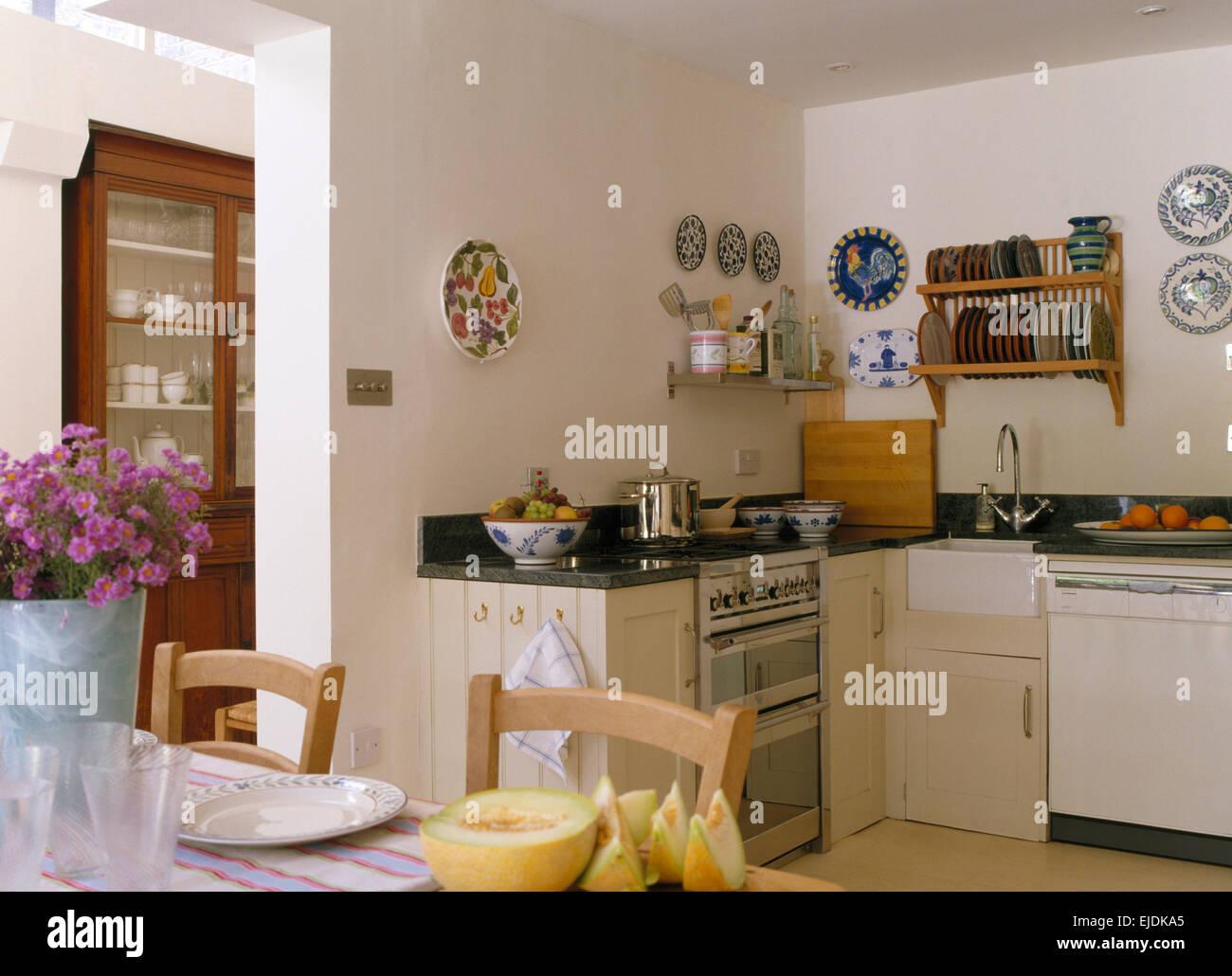 Colorate ceramiche rustico sulle pareti della cucina compatta con ...