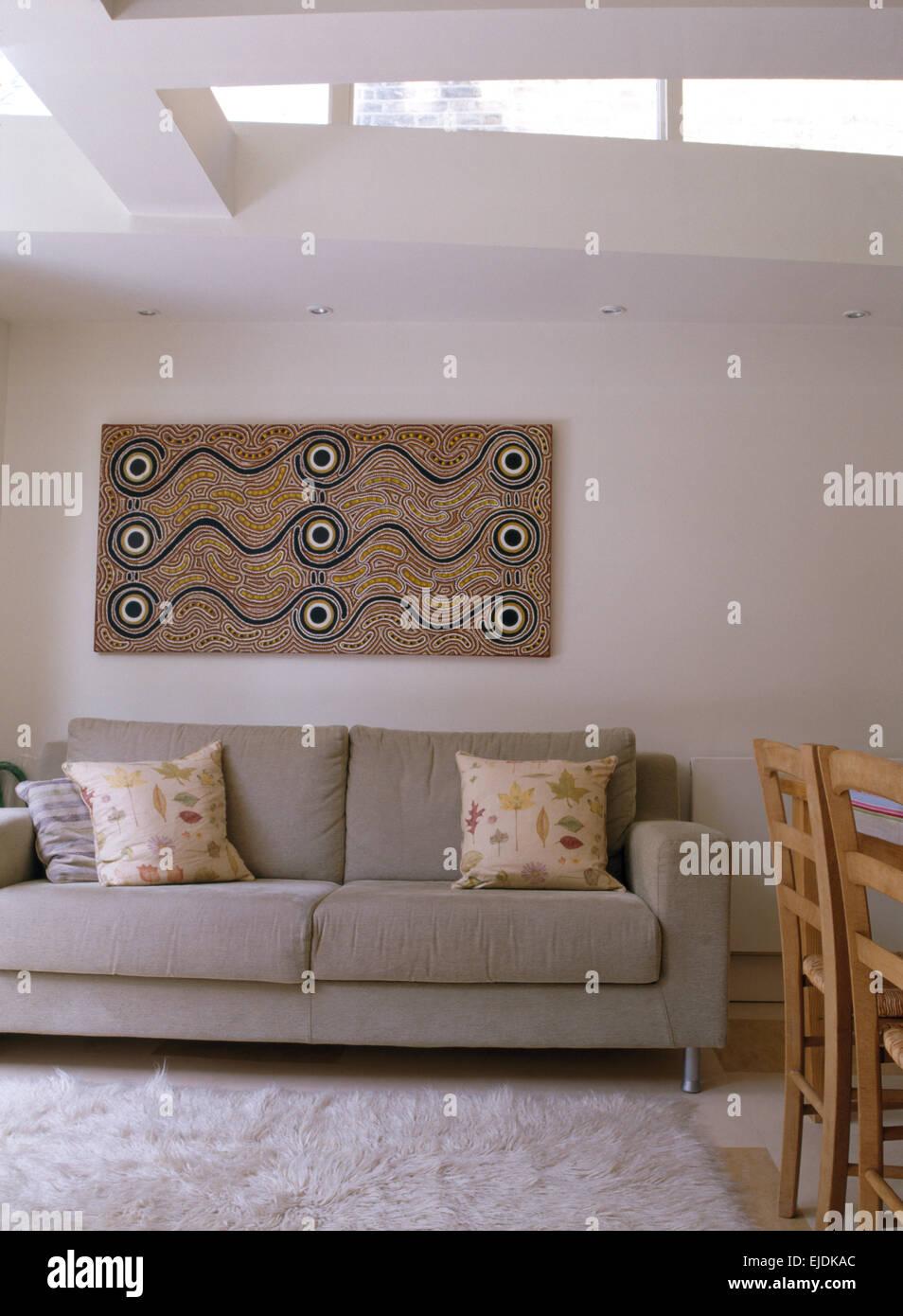 Una pittura astratta sulla parete sopra grigio divano nel soggiorno ...