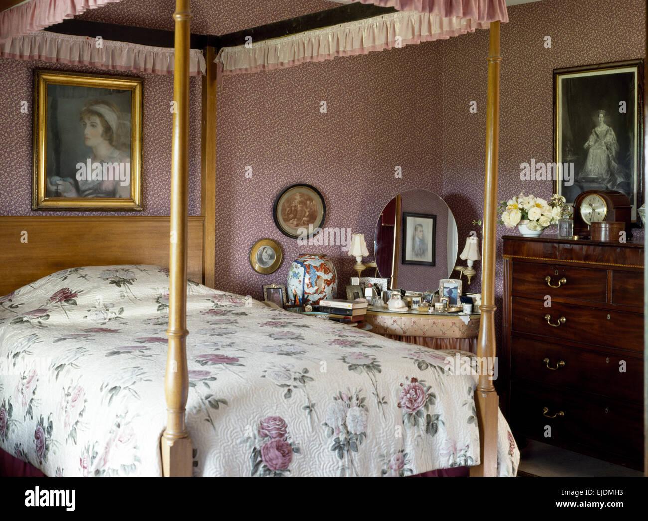 Carta da parati rosa antico e letto a baldacchino con rosa ...