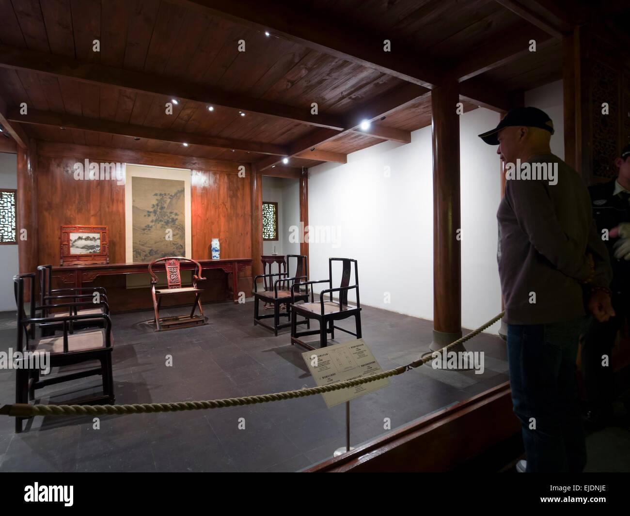 Persona che visita la galleria di mobili cinesi in dinastie Ming e Qing presso il Museo di Shanghai in Cina a Shanghai Immagini Stock