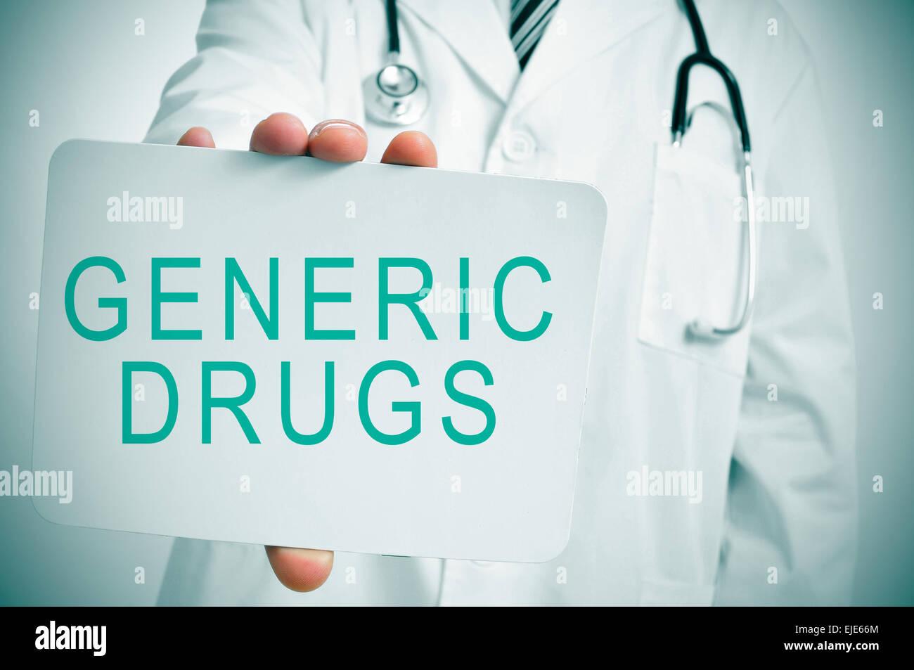 Primo piano di un giovane medico caucasica mostrando un cartello con scritto il testo dei farmaci generici scritto Immagini Stock