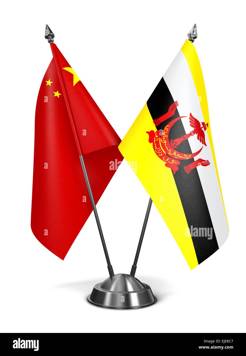 Cina e Brunei - Bandiere in miniatura isolati su sfondo bianco. Immagini Stock